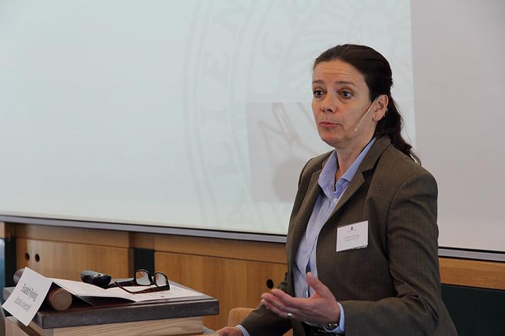 Elisabeth Rynning - professor i medicinsk rätt föreläser